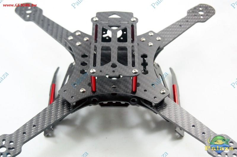 此機架是 GR6047-13A 的進階版本,差別在於搭配的機甲酷炫腳架!! CC3D 飛控安裝孔位,由 cnc 精密訂位切削,可確保飛控板與機體呈現完全水平與垂直角度,讓飛行更穩定!! 護頂版除了具有飛控板保護功能外,還有鏡頭安裝座,可以有效的保護圖傳與電裝!! 多數的 x 型機架,都沒有具備鏡頭固定座,這讓玩家在固定鏡頭時非常困難,一點點的偏差,就會讓畫面無法對準航道,或輕輕一摔,鏡頭就歪了,所以我們在這一台機架加入了鏡頭固定架,讓您輕鬆安裝也能 100% 的精準對正航線,在進行穿樹時能更容易抓到飛行方